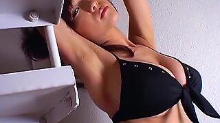 Japansk het modell mizuki horii poserar i sexig bikini