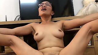 Kinky wifey fingrar hennes asiatisk fitta