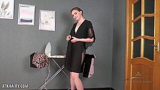 Malta tar av sig klänning och spelar med HÅRIG FITTA