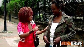 Hidden Cam Shows Lesbisk Sex i Afrikansk Dusch