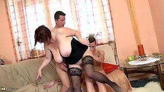 Fantastisk big-tuttad mamma knulla två inte hennes söner