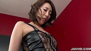 Aya Kisaki på höga klackar leker med kuk