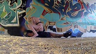 Storbröstad tatuerad blond knull falsk polis i undergång