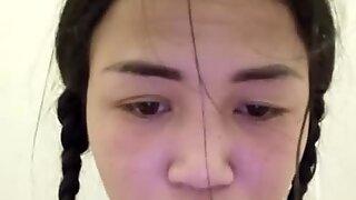 Thai tonåring onanerar i offentlig toalett