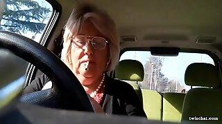 Italiensk mormor onanerar i hennes bil