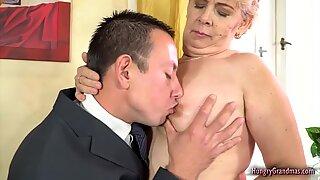 Blond mormor åtnjuter hårdporr sex