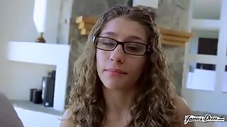 Petite latina tonåring Rebel Lynn lever vår rollspel fantasi i kinky porr