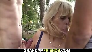 Två Buddy Fuck Hot Blond Hot Mormor On The Strand