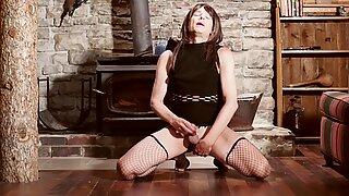 Trans fegis crossdresser sensuell kuk smekande medan suger en dildo upp hennes röv och stönande sexig