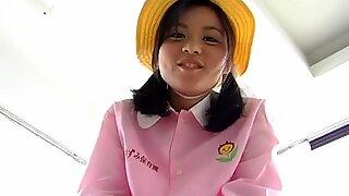 Dum asiatisk tonåring maki chan tar på sig mormorkläder